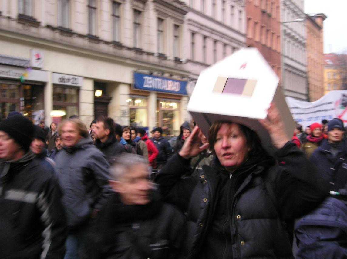 demonstrantin-mit-haus-auf-dem-kopf